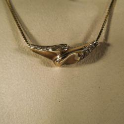 Halskæde med vedhæng i organisk design fra Siersbøl i otte karat guld.