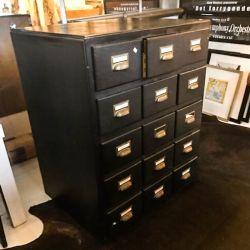 Vintage stort skuffe-møbel, sortbemalet med fine gamle messing-beslag