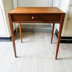 Vintage bord af teak med en enkelt ruminddelt skuffe