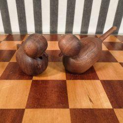 Vintage sæt af to små fine fugle af teaktræ. Højde: 5 cm.