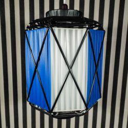 Spændende vintage lampe udført i metal med to-farvede plastbånd!