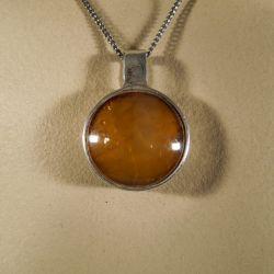 Vintage halskæde med vedhæng af stor gul sten indfattet i sølv