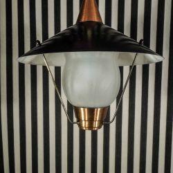Vintage lampe udført i bemalet, sort metal, mat glas skærm, messing i bunden og kobber i toppen.