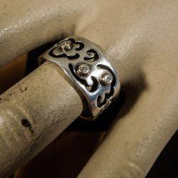 Vintage Pandora ring i sterling sølv med tre brillantslebne diamanter samt detaljer af guld!